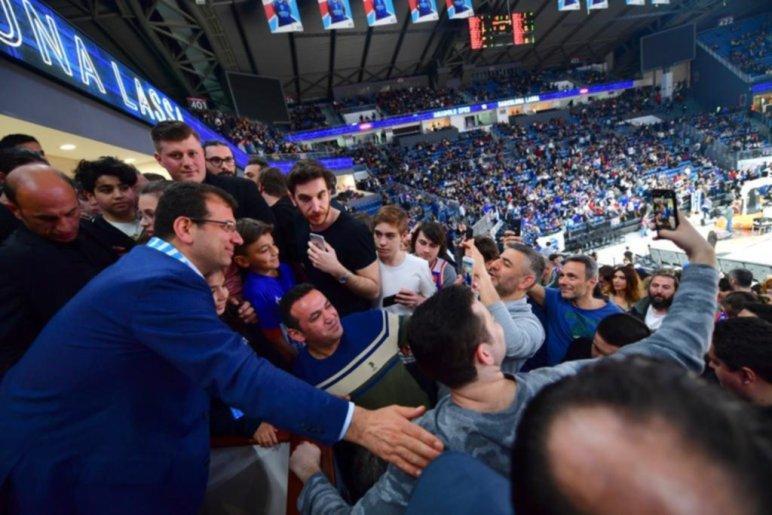 İmamoğlu, İBB Başkanı sıfatıyla basketbol maçına gitti.