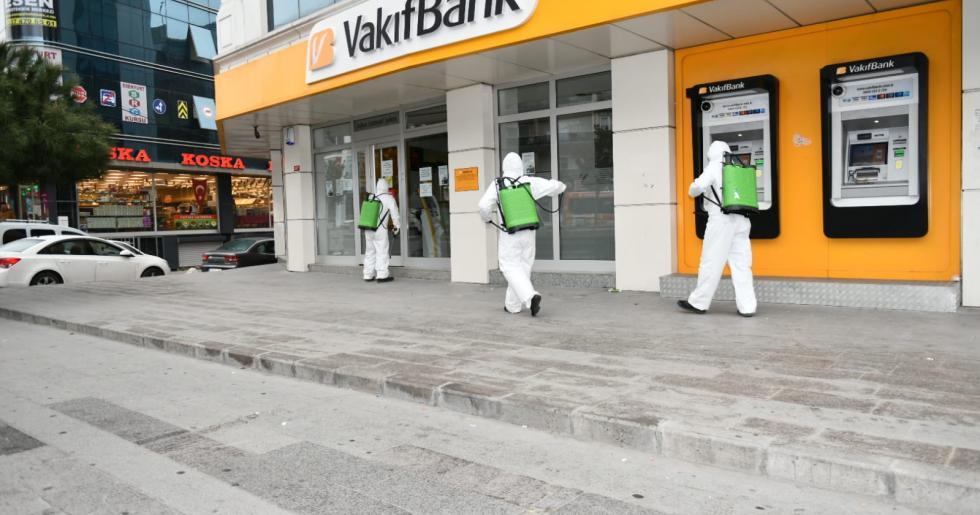 ESENYURT'TA BANKALAR DEZENFEKTE EDİLİYOR