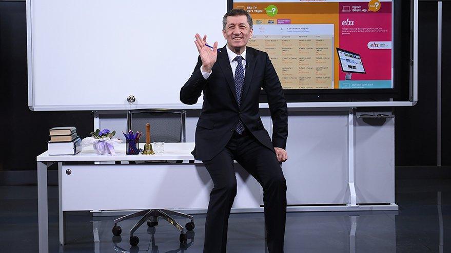 """Uzaktan eğitim başladı Milli Eğitim Bakanı Ziya Selçuk, TRT-EBA TV'deki """"ilk ders"""" için kamera karşısına geçti."""