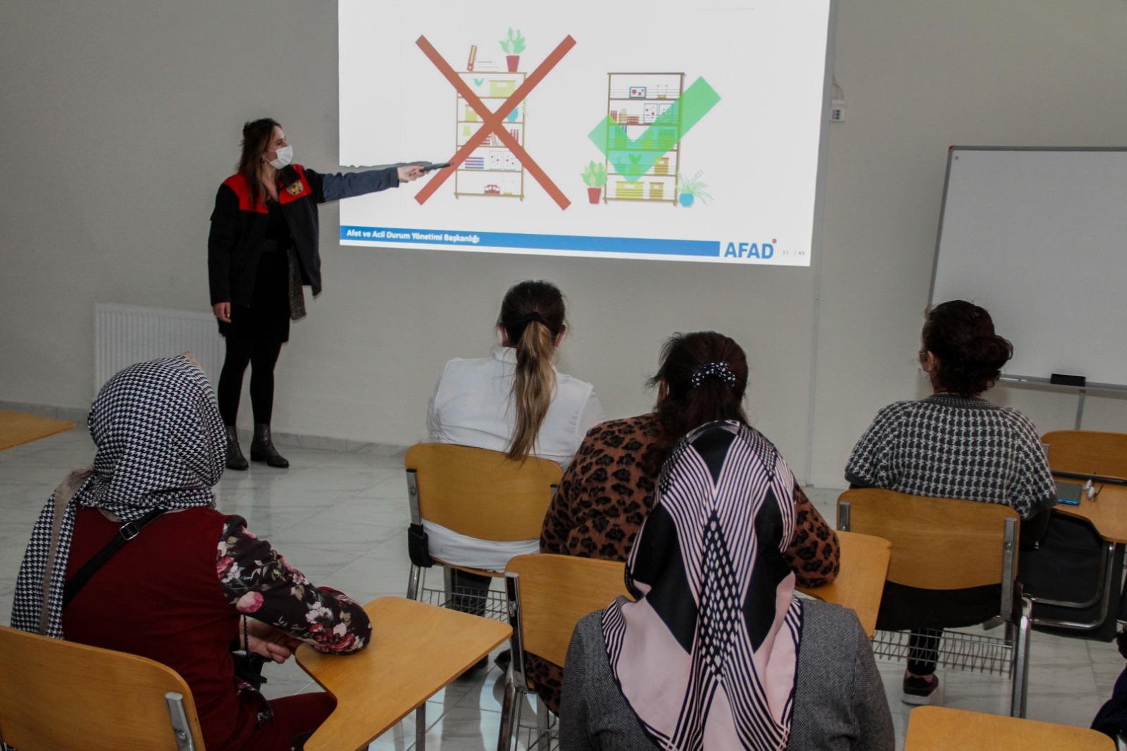 ESENYURT KADIN SOSYAL YAŞAM MERKEZİ'NDE 'AFET EĞİTİMİ' SEMİNERİ