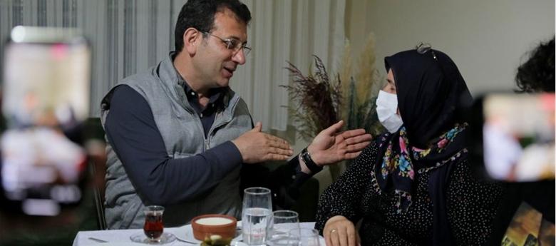 """İMAMOĞLU'NDAN HANİFE AYHAN'A DUA: """"SENİN SOFRAN DEMOKRASİYE UĞURLU GELDİ"""""""